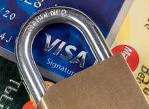 Makro von Kreditkarten mit Vorhängeschloß mit Fokus auf Visum stockbild