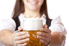 Makro von Oktoberfest Bier Stein hielt durch Frau an lizenzfreie stockfotos