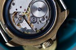 Makro- widoku wristwatch, zegarowy mechanizm z przekładniami głębokość pola płytki Selekcyjna ostrość Zdjęcia Stock