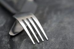 Makro- wizerunek nóż i rozwidlenie na nieociosanym tle Zdjęcie Stock