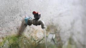 Makro- woda bieżąca od kuchennego faucet spout Zaczyna od wolnego pełny ciśnieniowy strumień z powrotem daleko wtedy Widok od fro zbiory