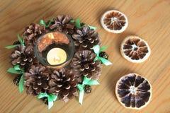 Makro- Xmas dekoracja z rożkami i suchymi pomarańczami na drewnianym stole Zdjęcie Stock