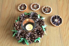 Makro- Xmas dekoracja z rożkami i suchymi pomarańczami na drewnianym stole Zdjęcia Royalty Free