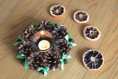 Makro- Xmas dekoracja z rożkami i suchymi pomarańczami na drewnianym stole Fotografia Royalty Free
