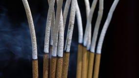 Makro- zakończenie kadzidło up wtyka palenie w Azjatyckiej Buddyjskiej świątyni zdjęcie wideo