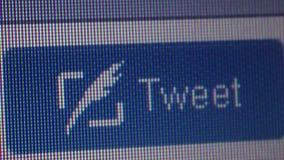 Makro- zakończenie w górę kursor ręki klika dalej świergotu 'Tweet' guzika zbiory