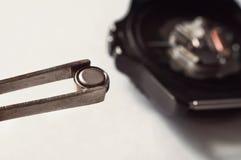 makro- zamieniać zegarek baterię fotografia royalty free