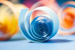 Makro, Zusammenfassung, Hintergrundbild des farbigen Papiers windt sich auf Papierhintergrund Stockfoto