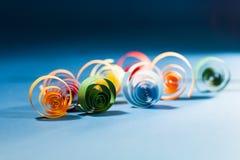 Makro, Zusammenfassung, Hintergrundbild des farbigen Papiers windt sich auf Papierhintergrund Stockfotografie