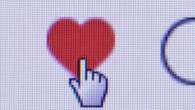 Makroabschluß herauf Benutzer bewegt Hand-Cursor, um auf Herz-förmiges Instagram zu klicken 'wie 'Ikone, die sich dann rot dreht stock video