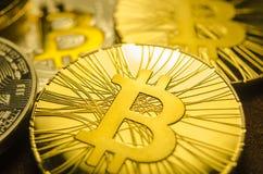 Makroansicht von glänzenden Münzen mit Bitcoin-Symbol auf dunklem Hintergrund lizenzfreie stockfotografie