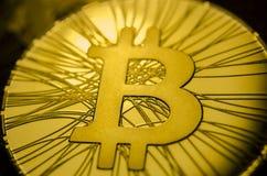 Makroansicht von glänzenden Münzen mit Bitcoin-Symbol auf dunklem Hintergrund Lizenzfreies Stockbild