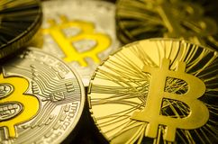 Makroansicht von glänzenden Münzen mit Bitcoin-Symbol auf dunklem Hintergrund Stockbild