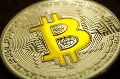 Makroansicht von glänzenden Münzen mit Bitcoin-Symbol auf dunklem Hintergrund lizenzfreie stockfotos