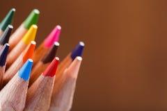 Makroansicht von Zeichenstiften Landschaft des Falles Farbige Bleistifte auf braunem Hintergrund Lizenzfreie Stockfotos