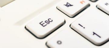 Makroaufnahme des Escape-Zeichens auf einem weißen Laptop keyboa Lizenzfreie Stockfotos
