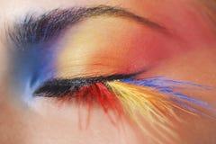 Makroauge einer Frau mit heller Augenschminke stockfotografie
