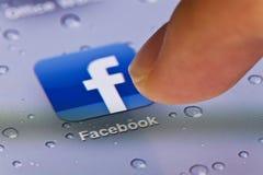 Makrobild av att köra Facebook app på en iPad arkivfoto