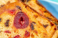 Makrobild av frukter f?r en kakaskiva Fruktkaka med russinet och k?rsb?ret Efterr?tt arkivfoton