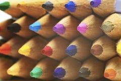 Makrobild av många färgade blyertspennor på isolerade vita Backgrou Arkivfoto