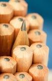 Makrobild des Graphittipps eines scharfen gewöhnlichen hölzernen Bleistifts als Zeichnung und Entwurfswerkzeug, stehend unter and Stockbilder
