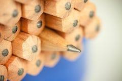 Makrobild des Graphittipps eines scharfen gewöhnlichen hölzernen Bleistifts als Zeichnung und Entwurfswerkzeug, stehend unter and Lizenzfreie Stockfotografie