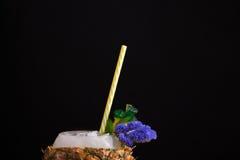 Makrobild einer Ananasschale voll des saftigen Cocktails Ein helles ursprüngliches Getränk auf einem schwarzen Hintergrund Sommer Lizenzfreie Stockfotos