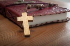 Makrobild einer Bibel und des Rosenbeetes lizenzfreies stockfoto