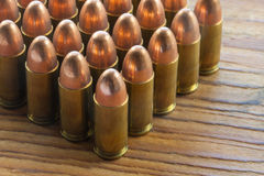 9mm Kugeln auf Holz Stockfotografie