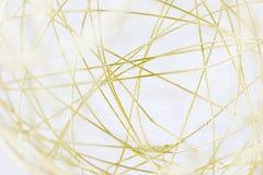 Makrobild eines Goldmaschendrahtballs stockfotos