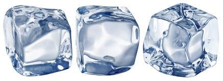 Makrobild von drei Eiswürfeln Über Weiß stockfoto