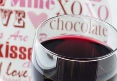 Makrobilden av överkanten av vinexponeringsglas fyllde med vin Royaltyfria Bilder