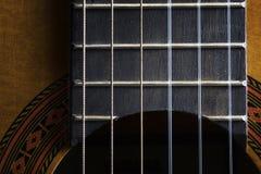 Makrobilden av en gitarrhalskropp och grinigheten stiger ombord Arkivbilder