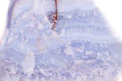 Makroblauer Mineralachat im Felsen auf weißem Hintergrund Stockbild