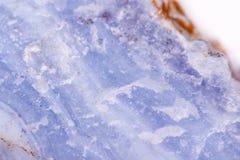 Makroblauer Mineralachat im Felsen auf weißem Hintergrund Stockfotos