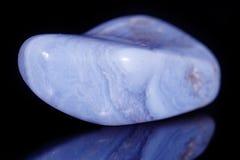 Makroblaues Achat Mineralsapphirin im Felsen auf schwarzem backgrou Lizenzfreie Stockfotos