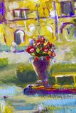 Makroblumen Vase mit einem roten gelben Blumenstrauß von Blumen auf einem Gebäudehintergrund Fragment der Nahaufnahmemalerei Sege lizenzfreie abbildung
