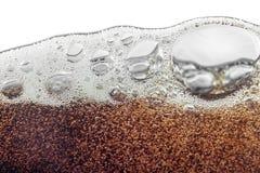 Makrobubbla och skum på glasväggen av cola Arkivfoton