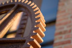Makrocloseup av den utvändiga fabriken för stort rostigt industriellt kugghjul arkivfoton