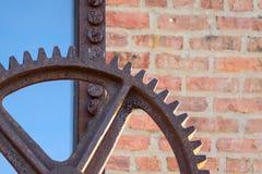 Makrocloseup av den utvändiga fabriken för stort rostigt industriellt kugghjul fotografering för bildbyråer