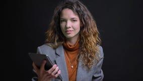 Makrocloseupstående av kvinnlig maskinskrivning för härlig brunett på minnestavlan och uppvisning av den gröna skärmen till att l lager videofilmer