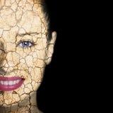 Makrodetail des kosmetischen Behälters voll echter Perlen über Himmelnachahmunghintergrund lizenzfreie stockfotografie