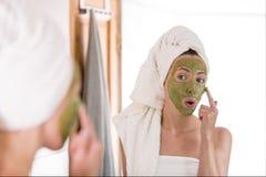 Makrodetail des kosmetischen Behälters voll echter Perlen über Himmelnachahmunghintergrund Die Frau wendet grüne organische Gesic lizenzfreie stockfotografie