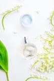 Makrodetail des kosmetischen Behälters voll echter Perlen über Himmelnachahmunghintergrund Flache Lage mit der kugelförmigen Parf Stockfotografie