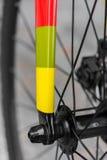 Makrodetail einer farbigen fixie Fahrradgabel Stockbilder