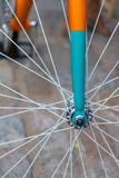 Makrodetail einer farbigen Gabel auf einem fixie Fahrrad Stockfotografie