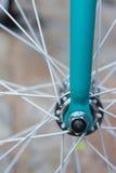 Makrodetail einer farbigen Gabel auf einem fixie Fahrrad Stockbilder