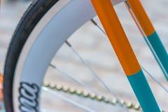 Makrodetail einer farbigen Gabel auf einem fixie Fahrrad Stockbild