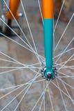 Makrodetail einer farbigen Gabel auf einem fixie Fahrrad Stockfoto