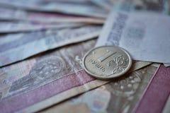 Makrodetail einer glänzenden Silbermünze von einem Rubel-Rubel als Symbol der russischen Währung auf dem silbernen Hintergrund Stockfotografie